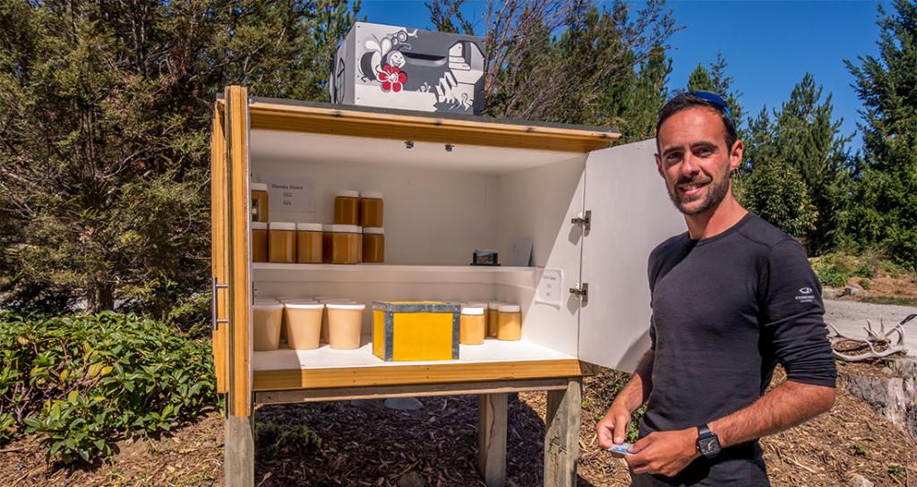 Achat d'un pot de miel de Manuka en self service, directement chez le producteur.