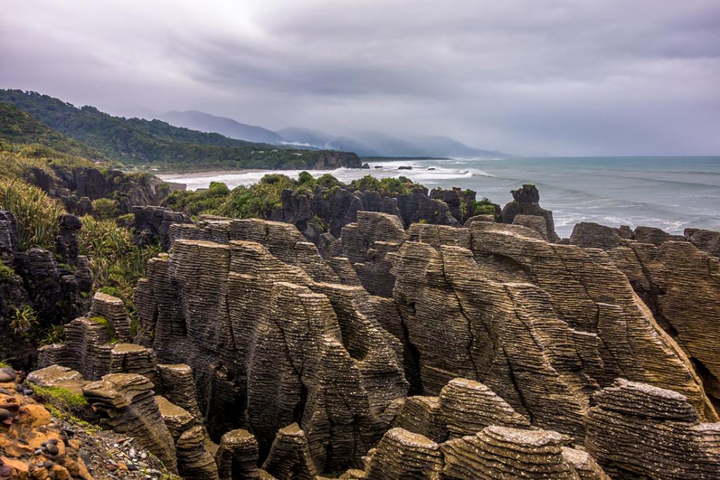 Les Pancake Rocks. Du calcaire formé par des couches alternantes, dures et molles.