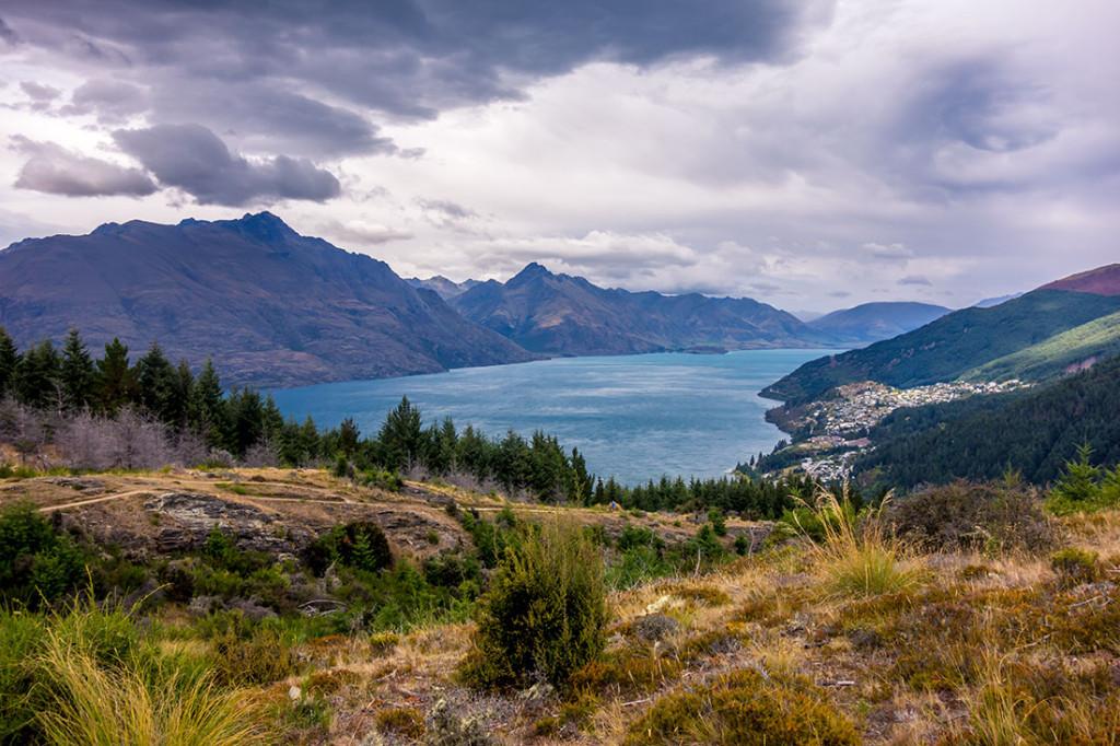 Queenstown à droite et le lac Wakatipu.