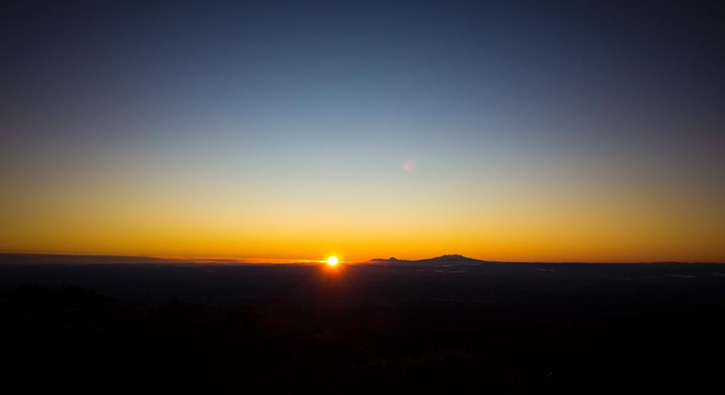 Le soleil se lève au Tongariro.