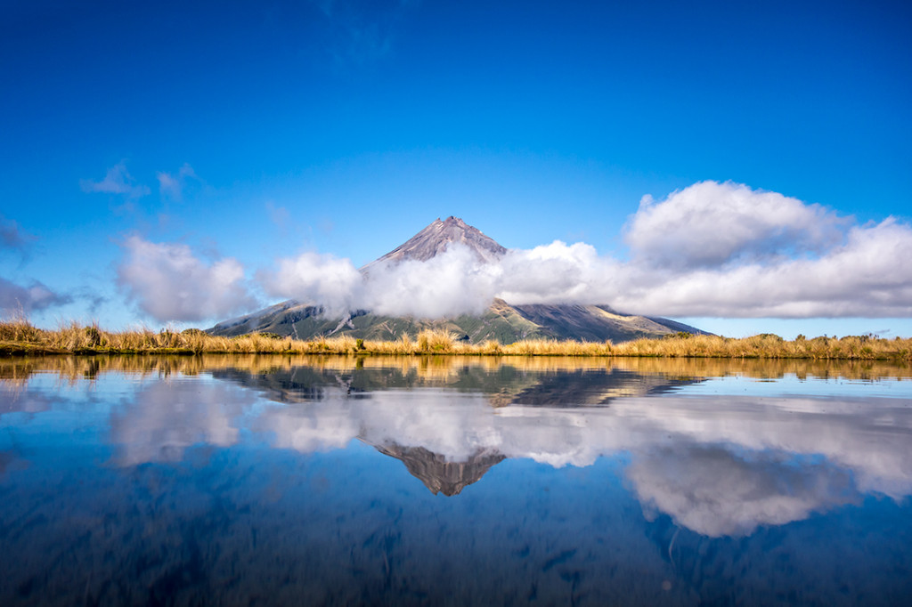 Le mont Taranaki se reflétant dans le Pouakai tarn.
